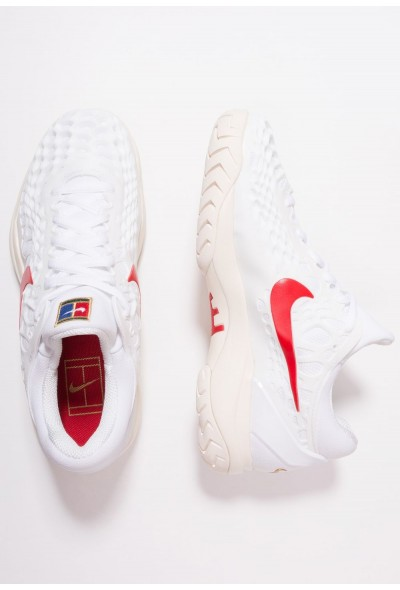 Nike AIR ZOOM CAGE 3 HC - Baskets tout terrain white/university red/light cream/metallic gold