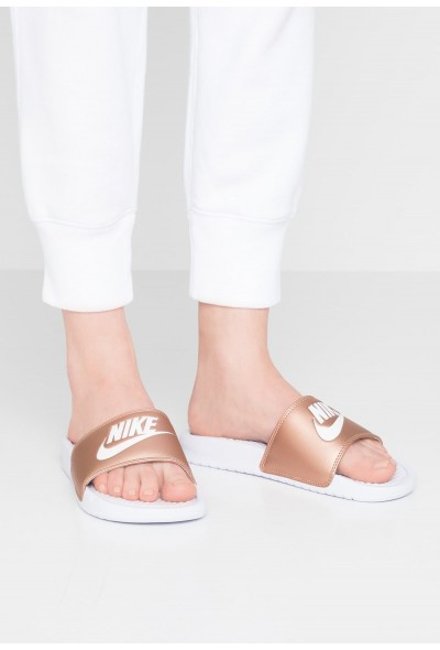 Nike BENASSI JUST DO IT - Mules white/metallic red bronze