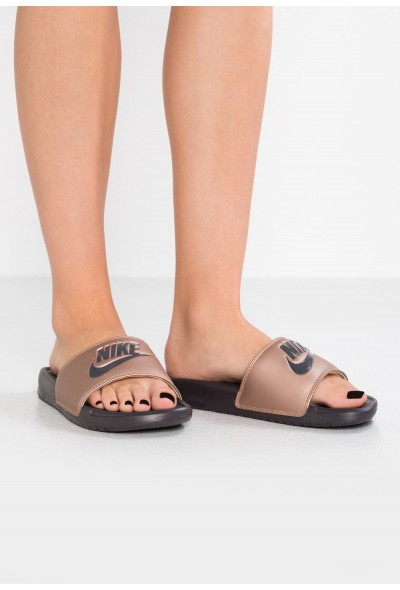 Nike BENASSI JUST DO IT - Mules metallic red bronze/thunder grey