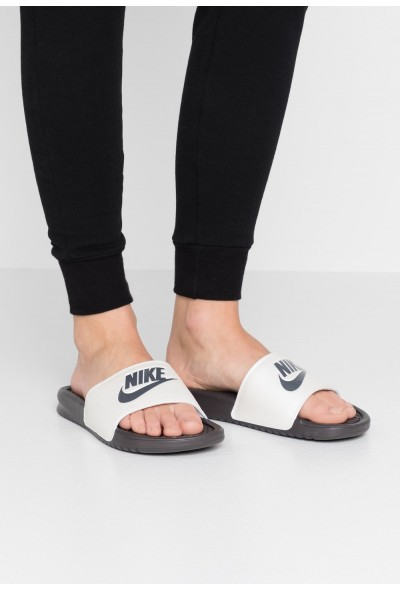 Nike BENASSI JUST DO IT - Mules thunder grey/metallic summit white
